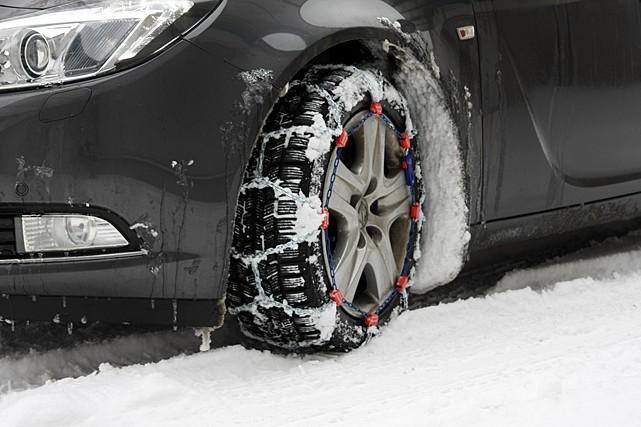 Jak założyć tradycyjne łańcuchy śniegowe na koła?